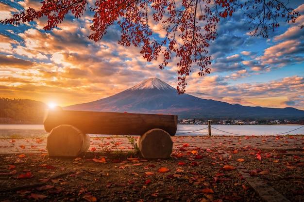 Mt. fuji sul lago kawaguchiko con fogliame autunnale all'alba a fujikawaguchiko, giappone.