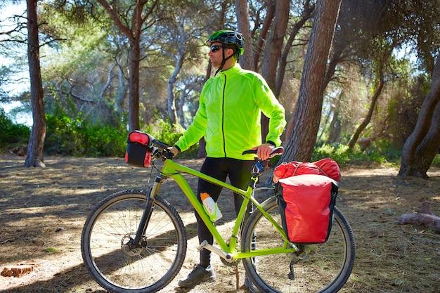 Mtb biker bicicletta in tour in una pineta