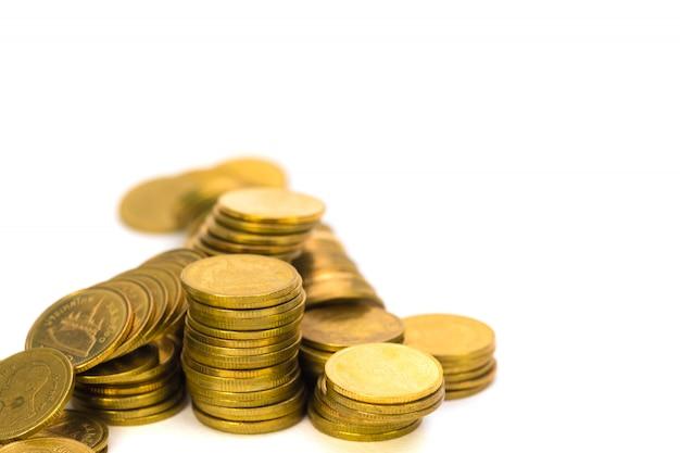 Mucchi di monete su bianco