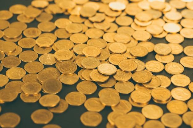 Mucchi di monete su sfondo nero, affari e concetto finanziario.