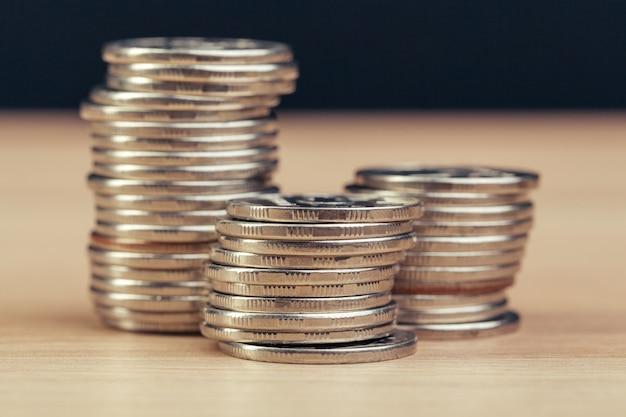 Mucchi di monete sul tavolo di lavoro