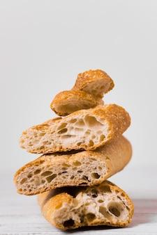 Mucchi di pane di vista frontale metà