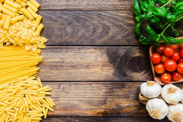 Mucchi di pasta e verdure con erbe