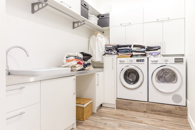 Mucchi di vestiti puliti in lavanderia