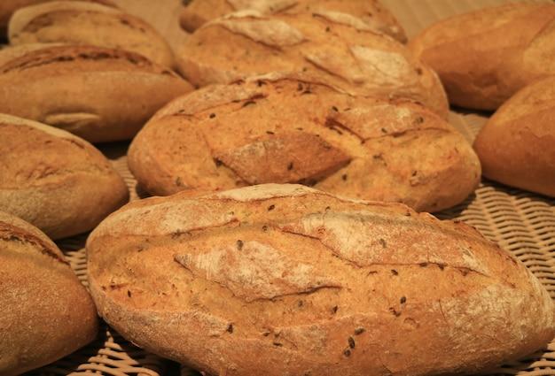 Mucchio alto chiuso di pagnotte del pane del grano intero, per fondo, struttura