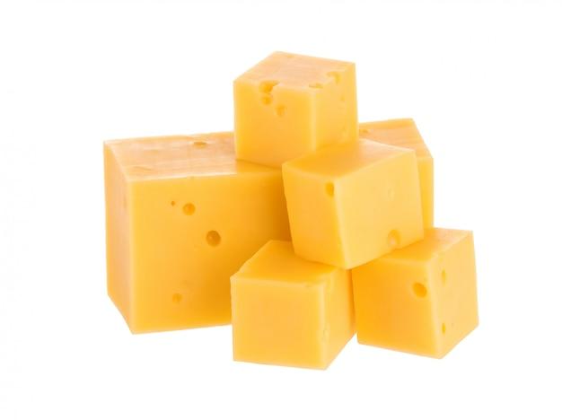 Mucchio dei cubi del formaggio con il percorso di ritaglio.