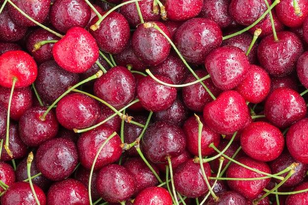 Mucchio dei frutti di recente lavati della ciliegia come fondo