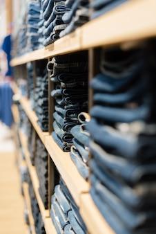 Mucchio dei jeans su una vetrina nel negozio