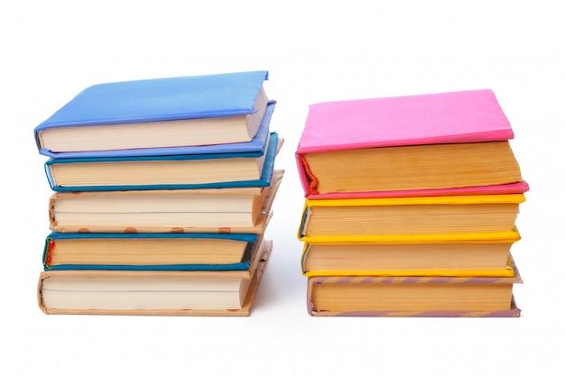 Mucchio dei libri isolati su bianco