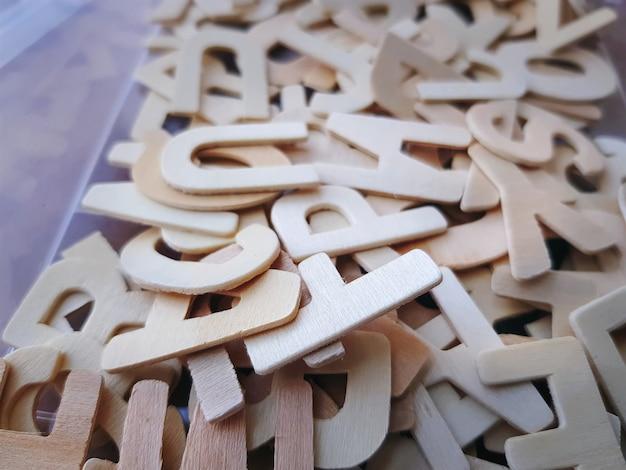 Mucchio del primo piano degli alfabeti di legno per l'apprendimento di ortografia con il fuoco selettivo