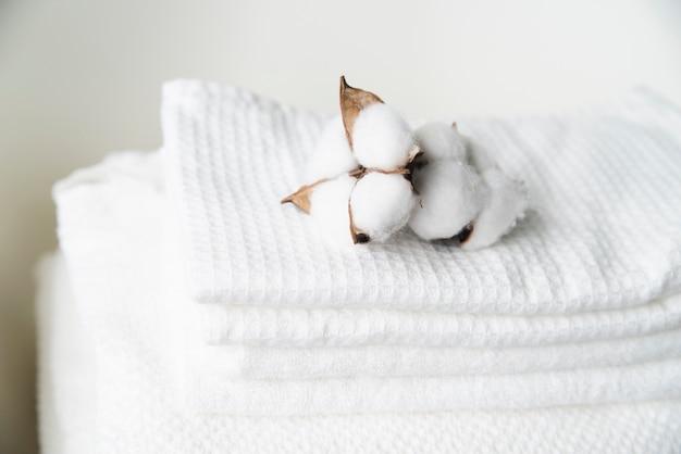 Mucchio del primo piano degli asciugamani con cotone