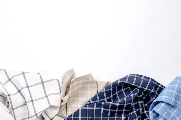 Mucchio del tovagliolo di tela di cucina su bianco