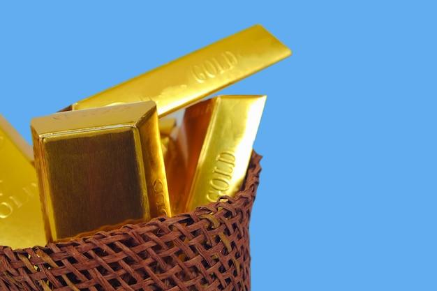 Mucchio delle barre di oro in cestino di legno, concetto di attività bancarie.