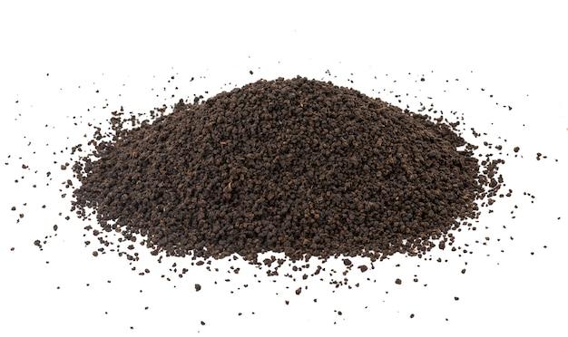 Mucchio delle foglie di tè sciolte o secche del tè nero aromatico