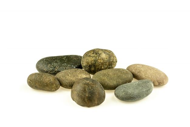 Mucchio delle pietre differenti e ciottoli isolati su bianco