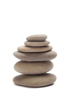 Mucchio delle pietre isolate su bianco