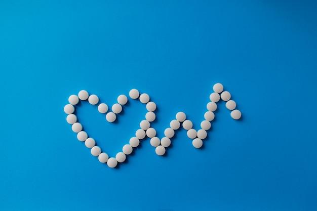 Mucchio delle pillole sul blu pillole assortite della medicina farmaceutica, compresse e capsule e bottiglia sul blu