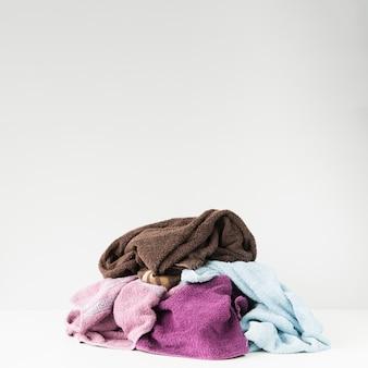 Mucchio di asciugamani colorati sul pavimento
