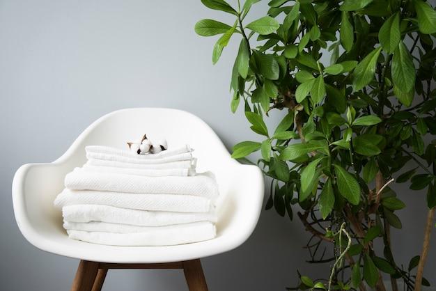 Mucchio di asciugamani di vista frontale su una sedia