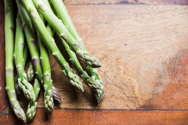 Mucchio di asparagi germogli sul tavolo