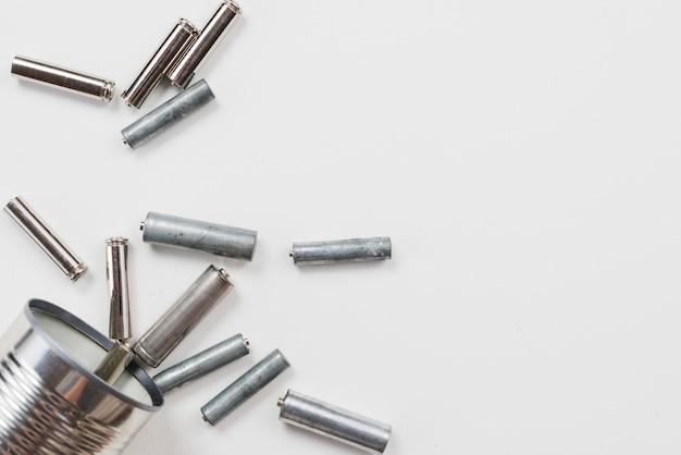 Mucchio di batterie su sfondo grigio