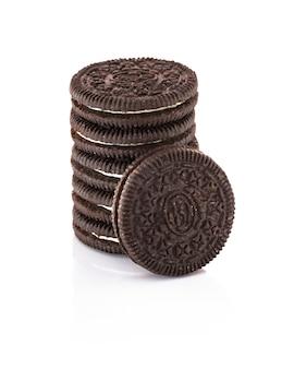 Mucchio di biscotti al cioccolato ripieni di crema