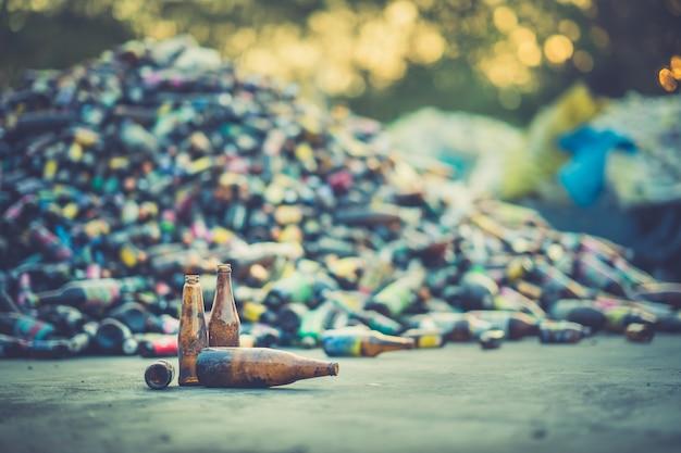 Mucchio di bottiglie per l'industria di riciclaggio