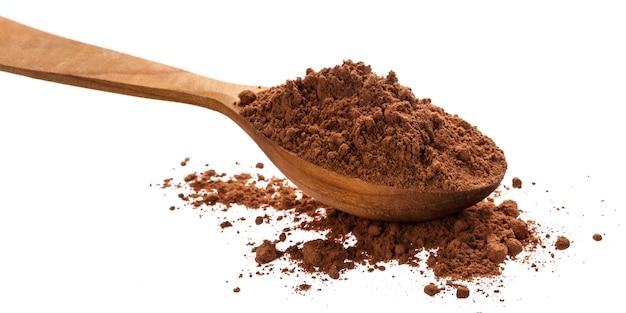 Mucchio di cacao in polvere isolato su sfondo bianco