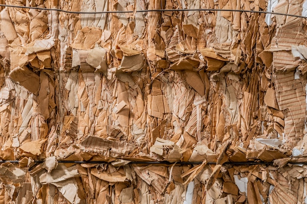 Mucchio di cartone ondulato pressato pronto per il riciclaggio