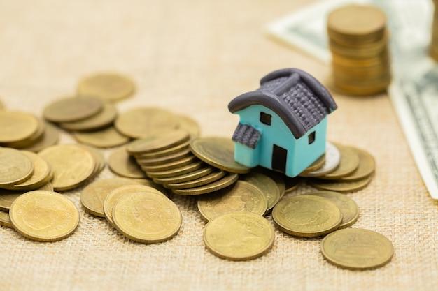 Mucchio di casa e denaro