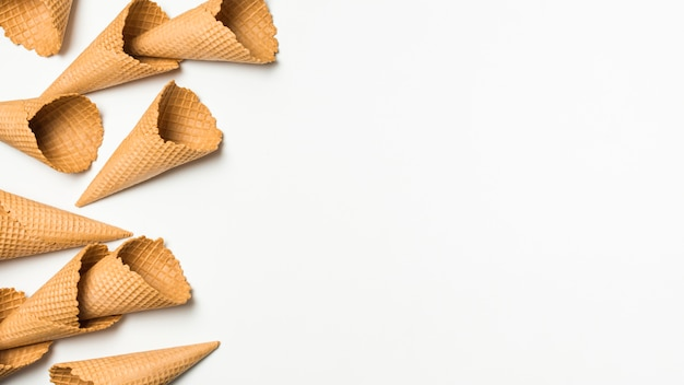 Mucchio di coni waffle vuoti