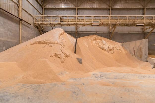 Mucchio di crusca di frumento, stoccaggio delle materie prime, stoccaggio di materie prime. industria degli alimenti per animali.