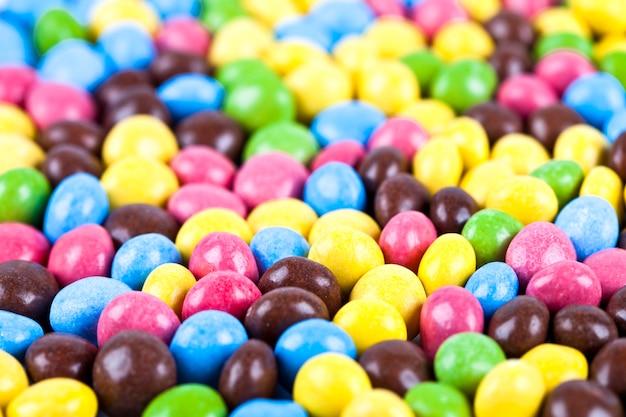 Mucchio di deliziose caramelle al cioccolato colorato ainbow