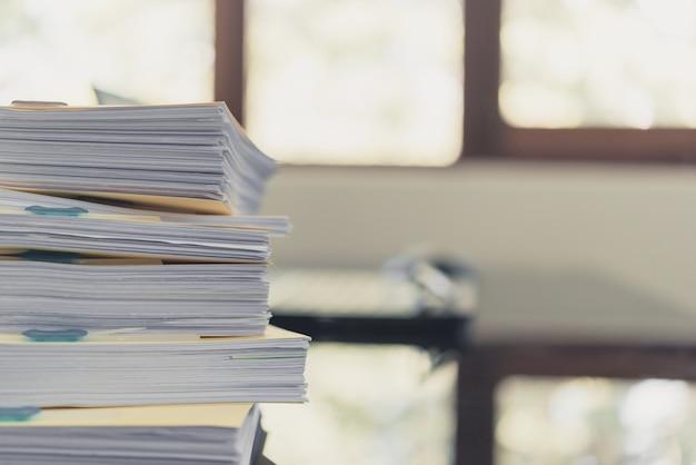 Mucchio di documenti non finiti sulla scrivania, pila di carta commerciale