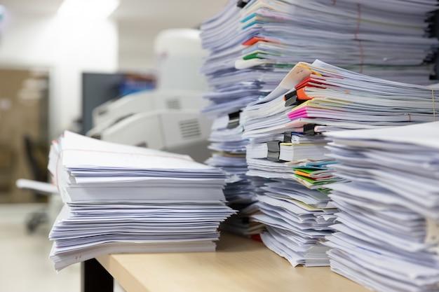Mucchio di documenti non finiti sulla scrivania