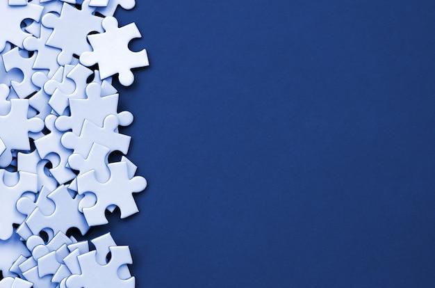 Mucchio di elementi spettinati di un puzzle bianco