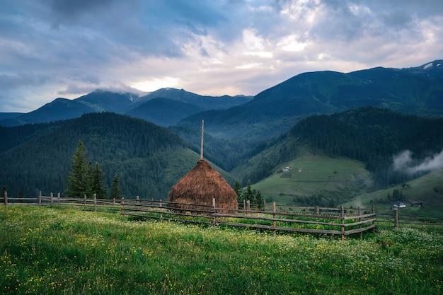 Mucchio di fieno in un paesino di montagna in estate