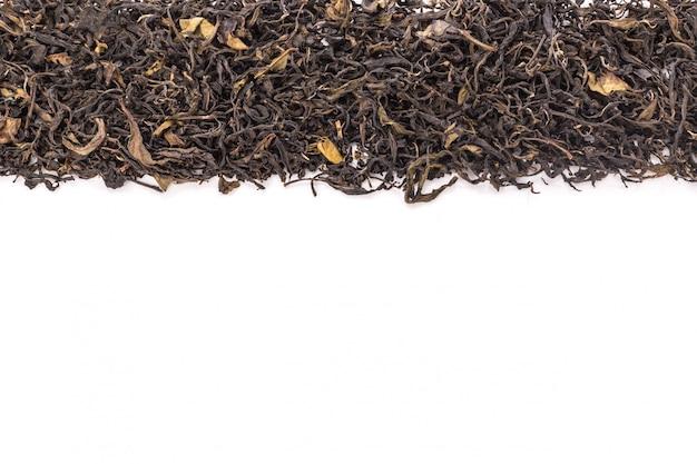 Mucchio di foglie di tè verde essiccate.