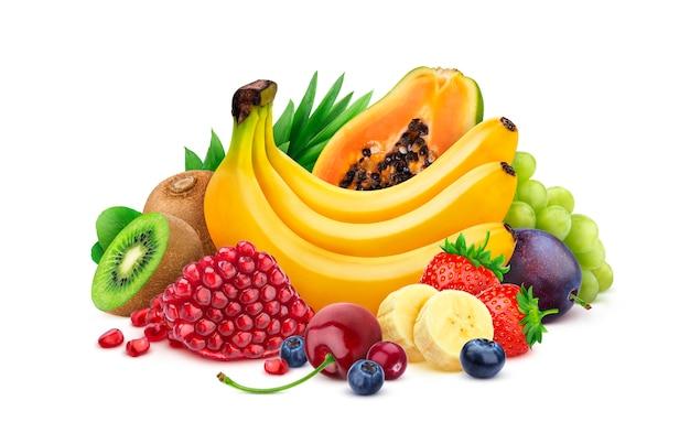 Mucchio di frutta esotica fresca e bacche isolate su sfondo bianco, raccolta di diversi frutti tropicali