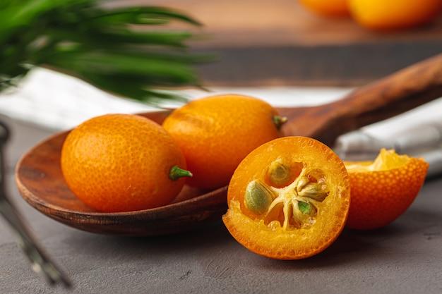 Mucchio di frutta kumquat sul tavolo della cucina