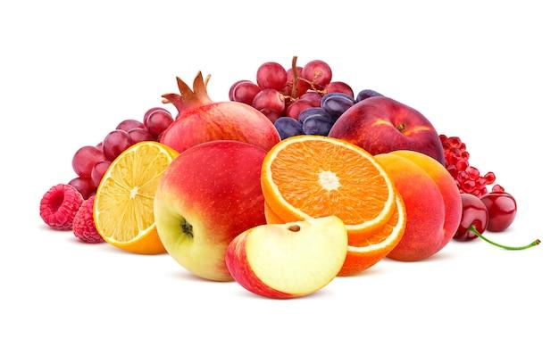 Mucchio di frutti rossi e bacche isolato su sfondo bianco