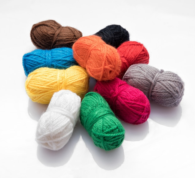 Mucchio di gomitoli di lana di diversi colori