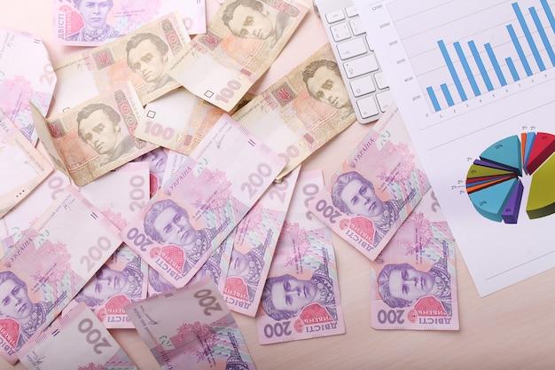 Mucchio di hryvna ucraino, su sfondo di denaro