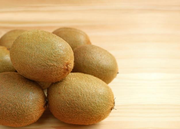 Mucchio di kiwi fruits fresco sulla tavola di legno