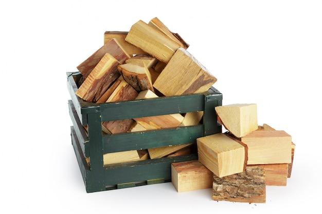 Mucchio di legna da ardere isolato su un bianco