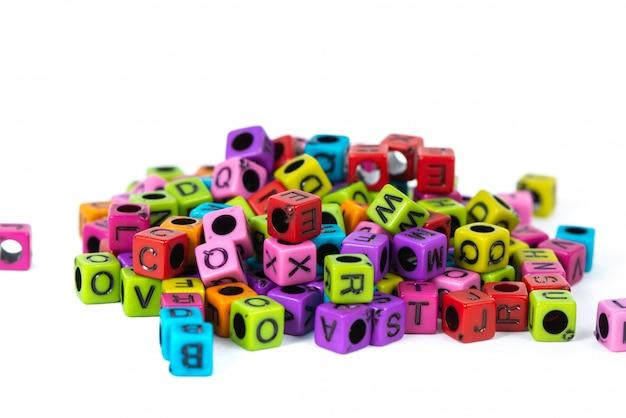 Mucchio di lettera tallone o perline con alfabeto