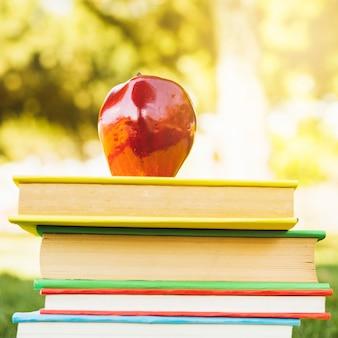 Mucchio di libri con la mela in cima