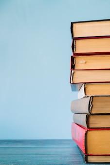 Mucchio di libri di vista frontale