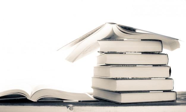 Mucchio di libri rari. libro aperto, libri con copertina rigida sul tavolo di legno.