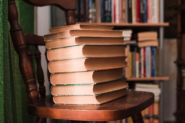 Mucchio di libri su una sedia